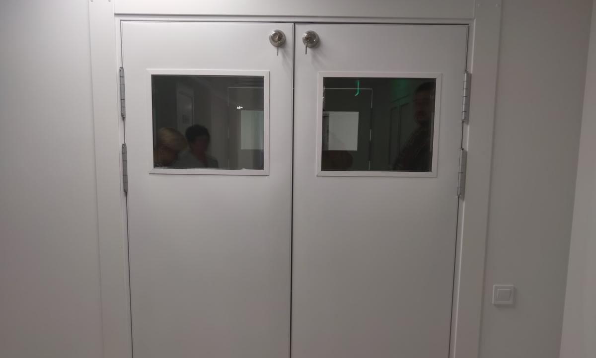 дверь маятниковая для медицинских учреждений